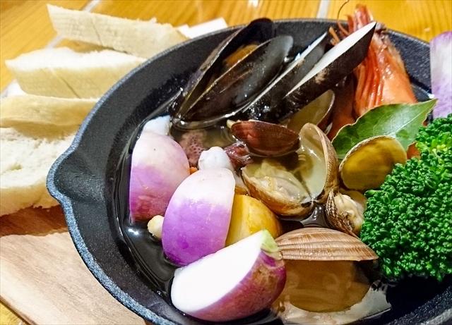 魚介と地野菜のアヒージョ バゲット添え